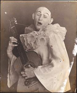 Hans poseert als Pierrot