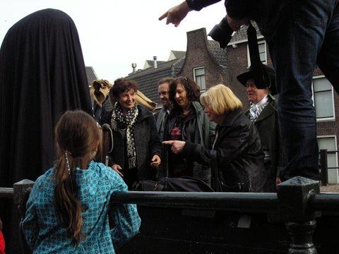 Beide wethouders, de Deken, Olga en Martine van der Plas maken zich op voor de onthulling