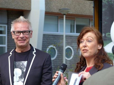 Peter Buisman wordt bedankt door Martine van der Plas